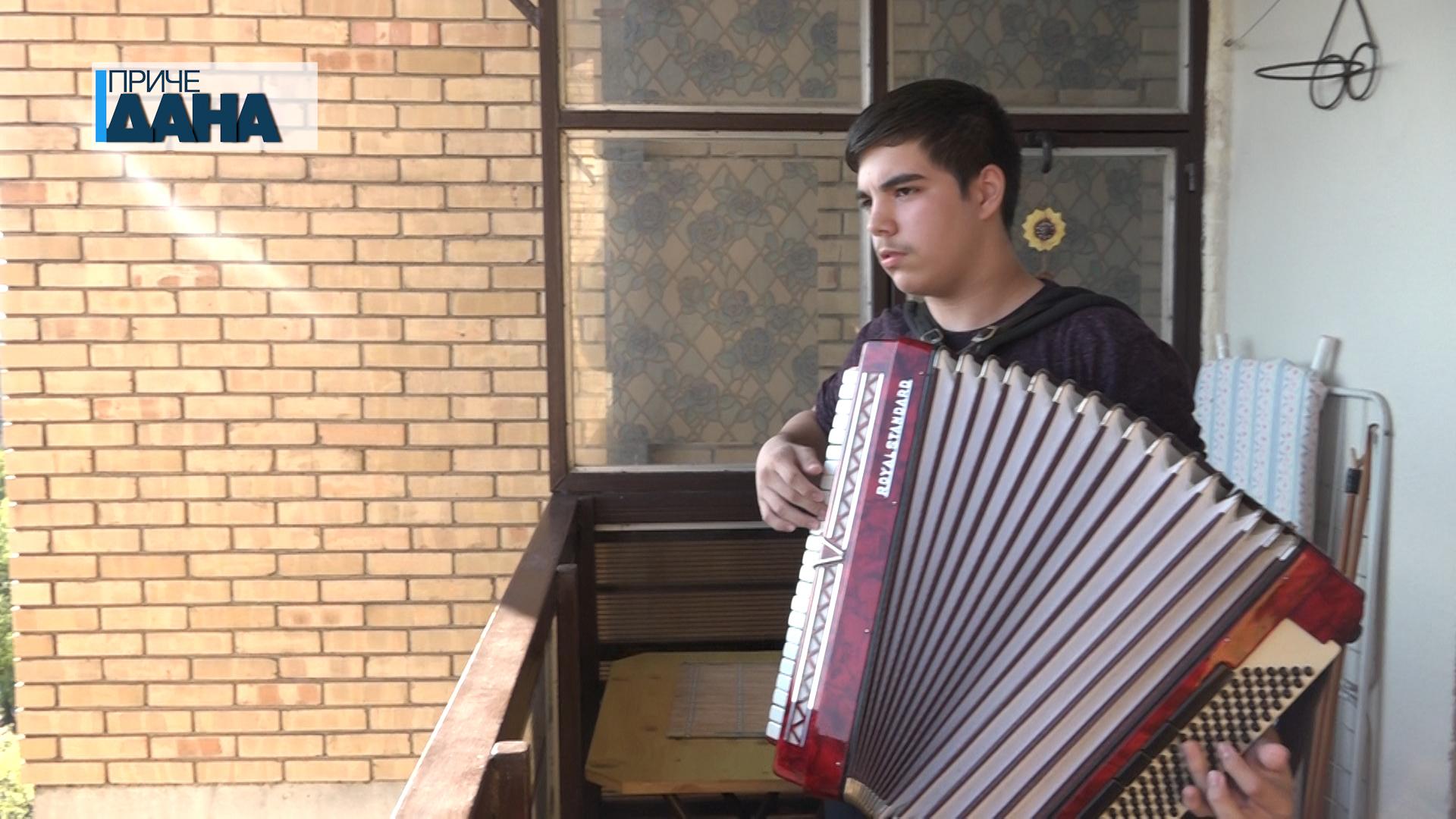 Zvuci harmonike ubijaju tišinu zabrane kretanja u Paraćinu