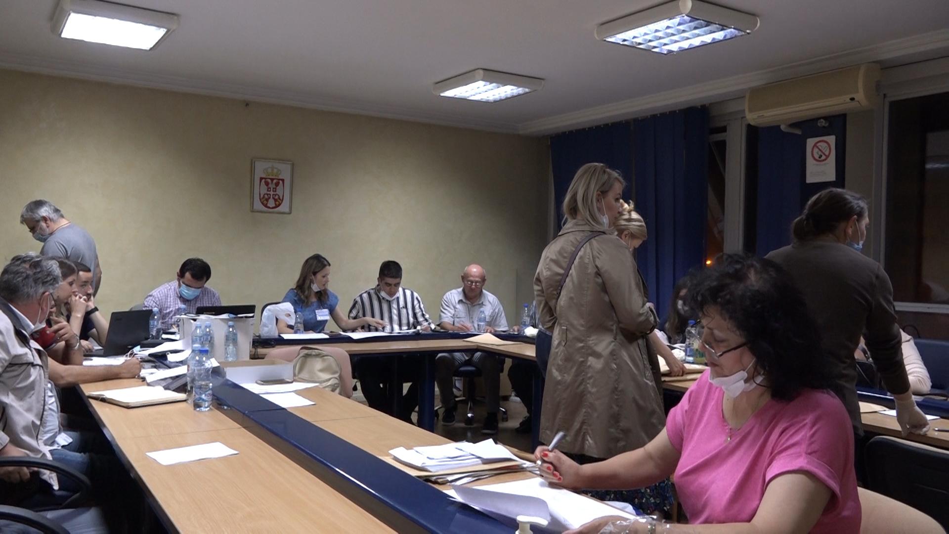 Prvi prebrojani glasovi pristigli u Opštinsku izbornu komisiju