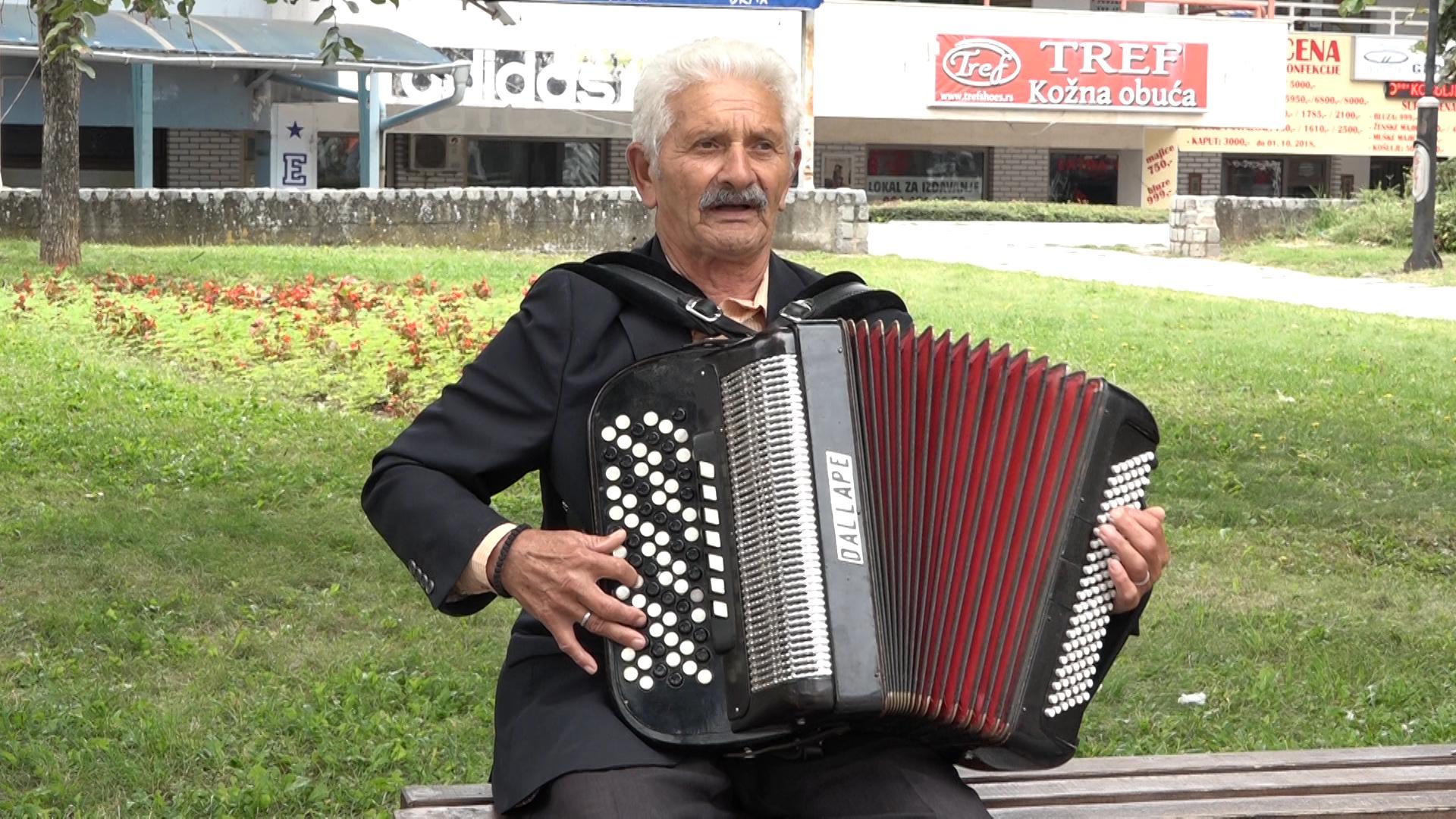 Dragi Kadrić iz Krežbinca pod stare dane naučio da svira harmoniku