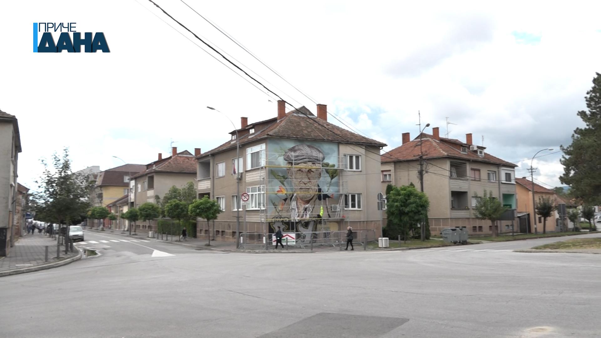 Marija Komarac oslikava mural sa likom Dragoslava Mihailovića u Ćupriji
