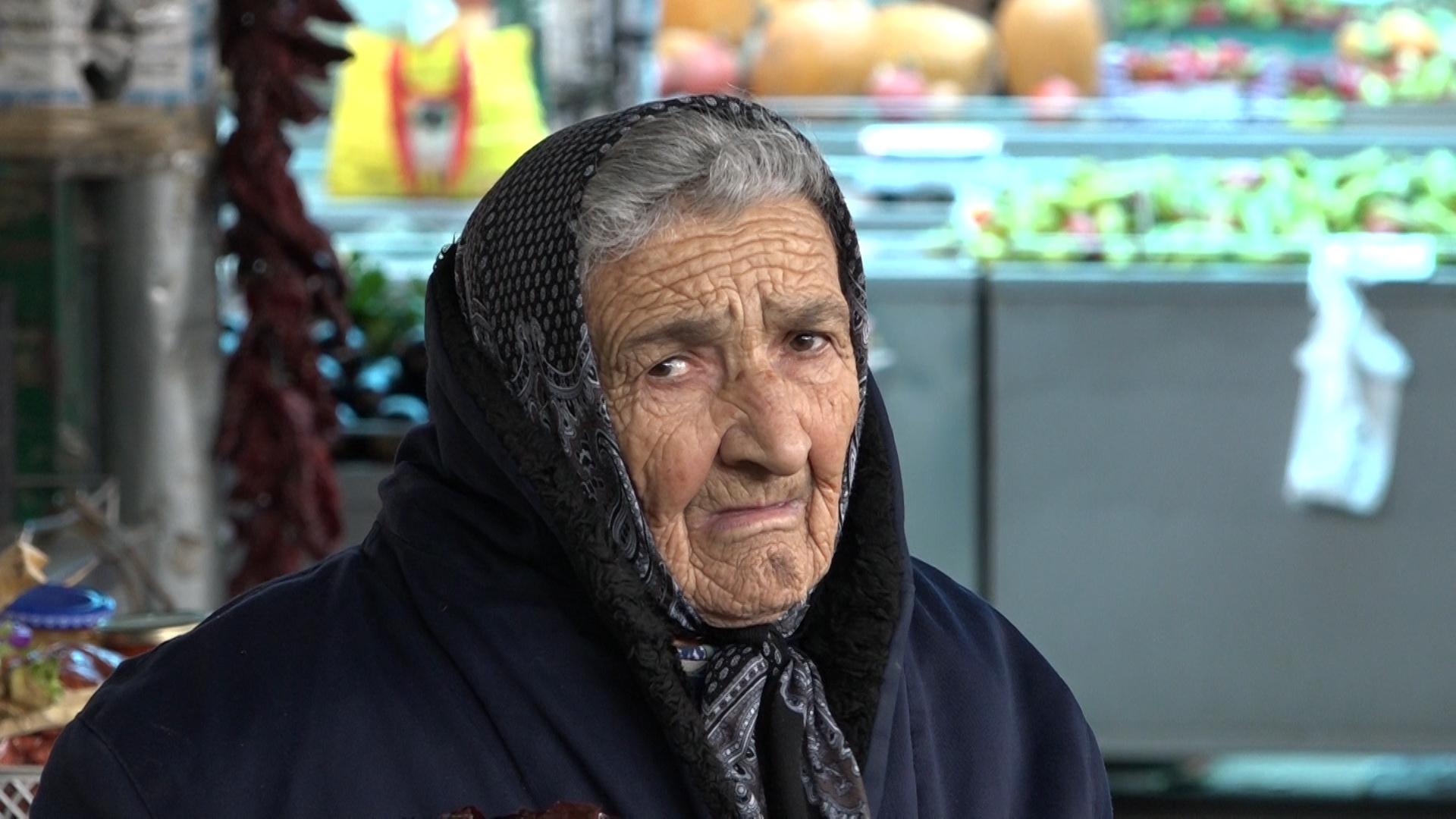 Baka Zagorka sa 99 godina prodaje povrće na pijaci u Paraćinu