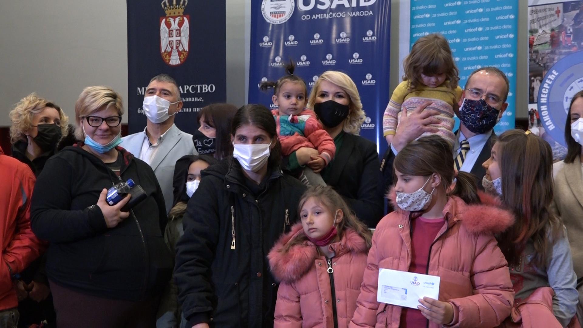Uručena humanitarna novčana davanja porodicama sa decom u Boljevcu kao odgovor na krizu izazvanu pandemijom COVID-19