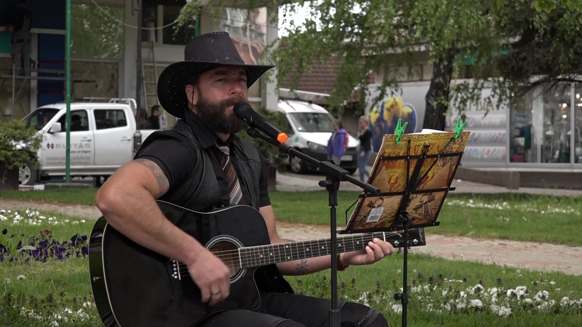 Ulični svirač iz Jagodine svira gitaru u Paraćinu