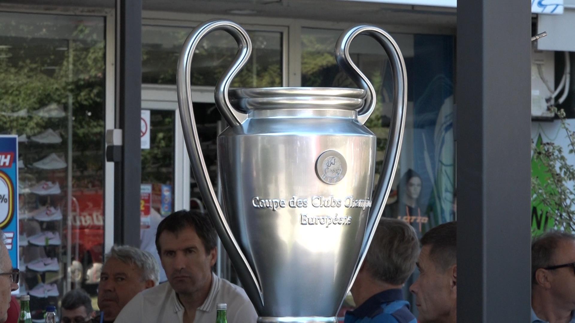 Replika trofeja Kupa šampiona FK Crvena zvezda u centru Paraćina